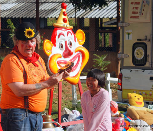 Clown_Eckie_giving_Happiness_Thailand
